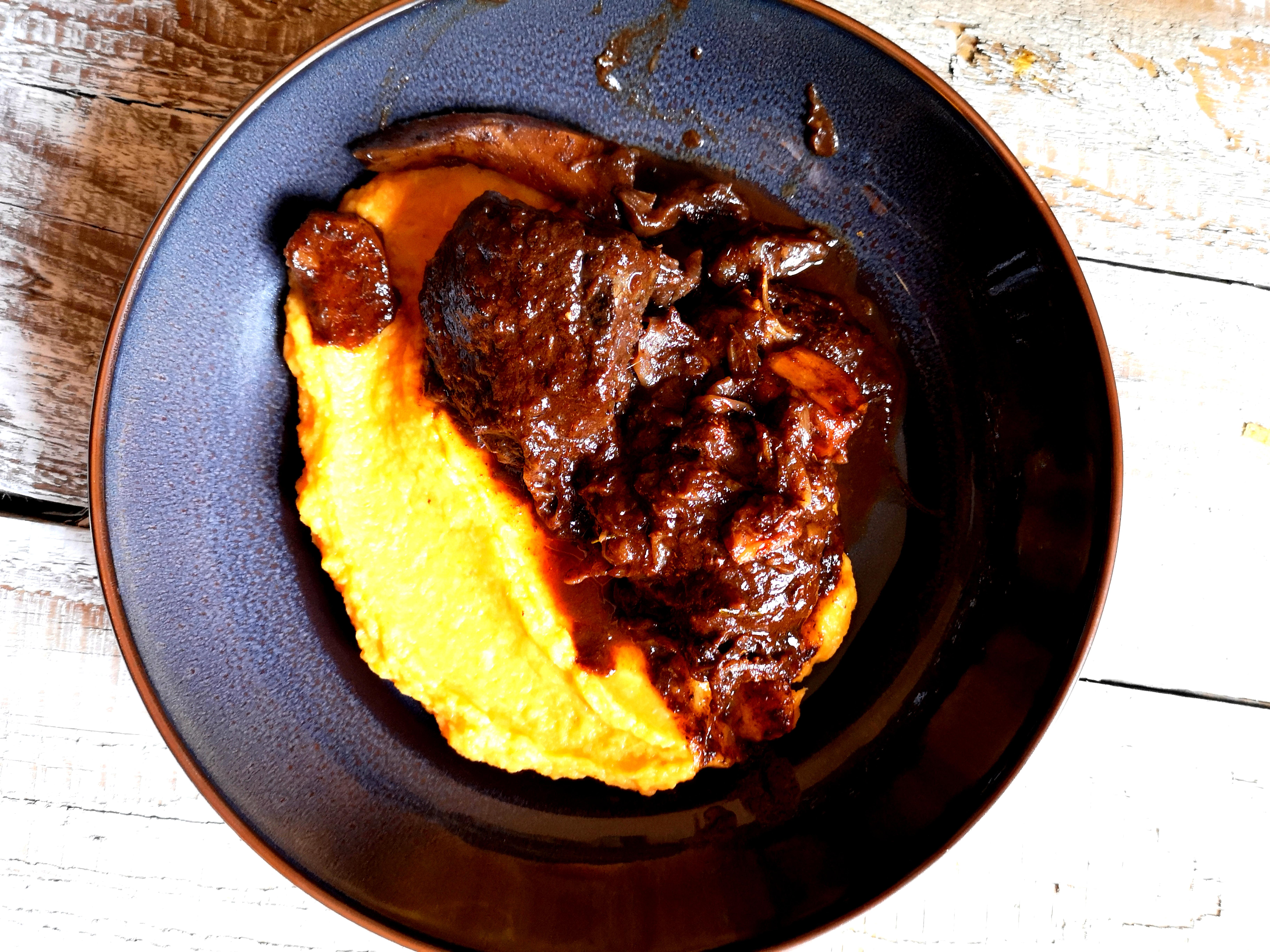 Butterzarte irische Ochsenbäckchen in Portweinsauce mit Pastinaken-Süßkartoffel-Rauchpüree